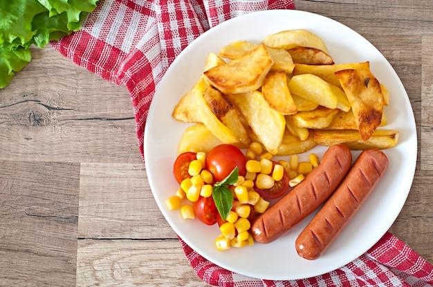 Kiełbasa Ze Smażonymi Ziemniakami I Warzywami Na Talerzu Darmowe Zdjęcia