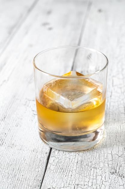 Kieliszek Bourbon Whisky Z Kostką Lodu Premium Zdjęcia