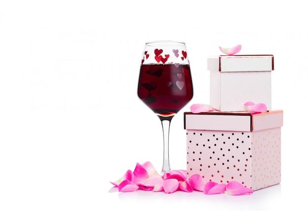 Kieliszek Czerwonego Wina Z Serca I Różowe Pudełko I Rose Na Walentynki Na Białym Tle Premium Zdjęcia