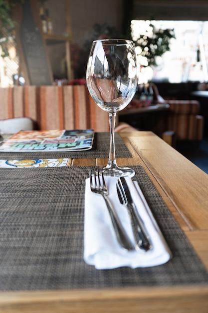 Kieliszek Do Wina W Restauracji. Stolik W Restauracji Dla Gości. Premium Zdjęcia