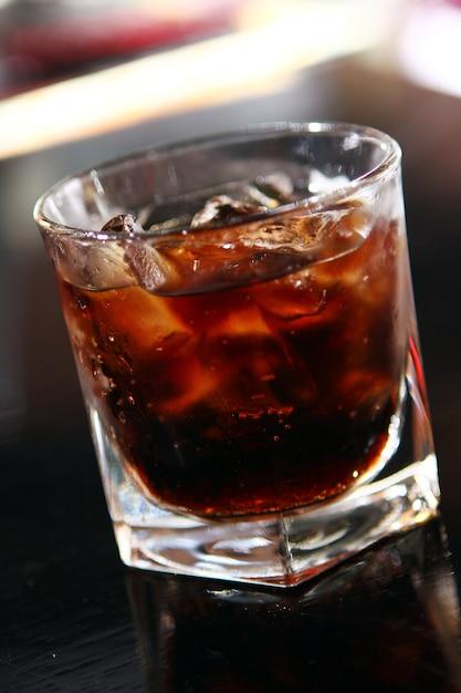 Kieliszek whisky na stole barowym Darmowe Zdjęcia