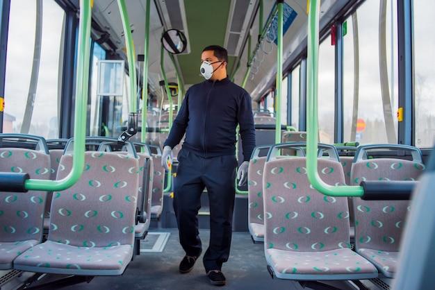 Kierowca Autobusu Jest Sam W Pustej Autobusie Z Powodu Koronawirusa Premium Zdjęcia