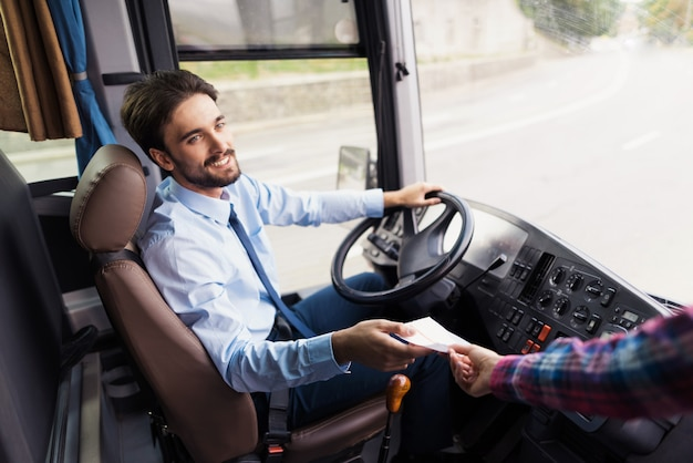 Kierowca Autobusu Kocha Pracownika Biur Podróży. Premium Zdjęcia