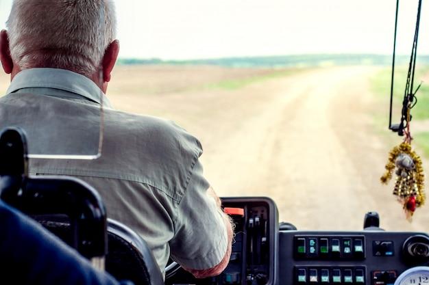Kierowca Autobusu Za Kołem Na Drodze Premium Zdjęcia