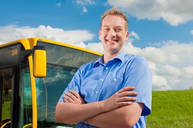 Kierowca Przed Swoim Autobusem Premium Zdjęcia
