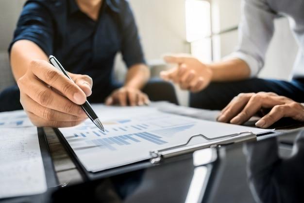 Kierownictwo Firmy Analizuje W Papierze Danych Wyceny Premium Zdjęcia