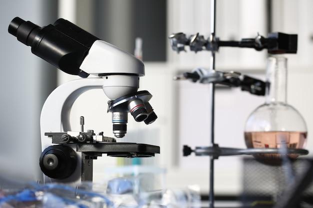 Kierowniczy Mikroskop Na Tła Laboratorium Premium Zdjęcia