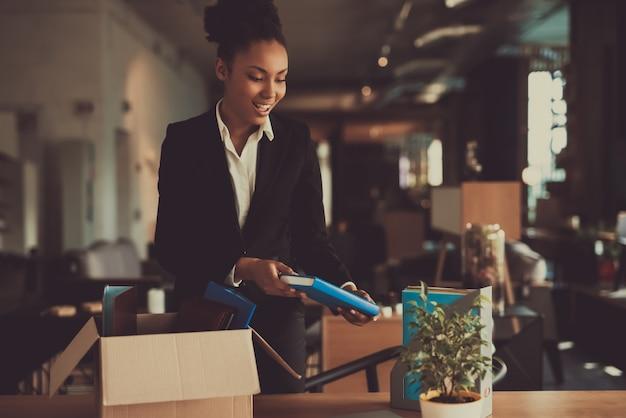 Kierownik kobieta układa rzeczy w miejscu pracy Premium Zdjęcia