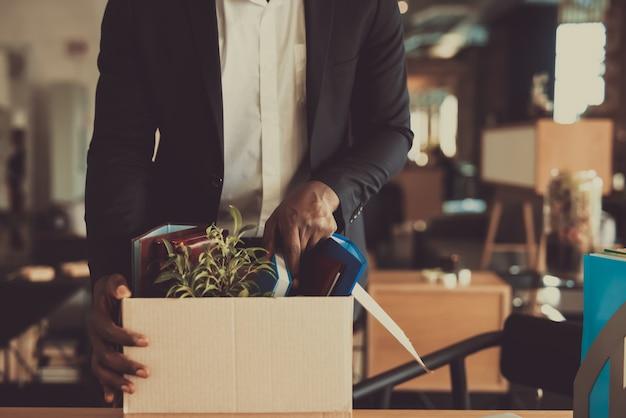 Kierownik opuszcza miejsce pracy z office box Premium Zdjęcia