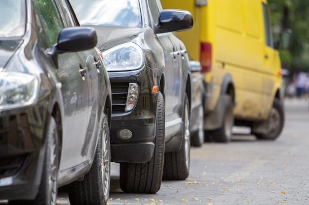 Kijów, Ukraina - 14 Października 2019: Rząd Samochodów Zaparkowanych W Pobliżu Krawężnika Na Stronie Ulicy Na Parkingu. Premium Zdjęcia