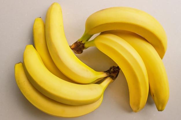 Kilka Dojrzałych Bananów Premium Zdjęcia