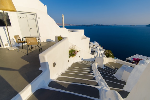 Kilka Kroków Od Pokoju Hotelowego Z Widokiem Na Morze I Miasto Oia Na Santorini. Premium Zdjęcia