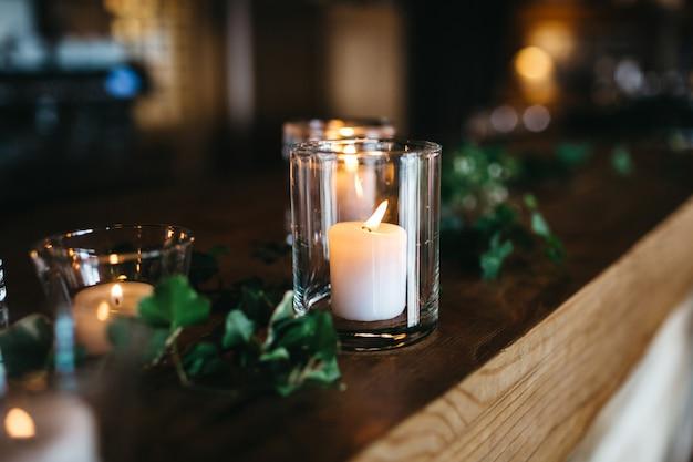 Kilka świec Stoi Na Drewnianej Półce Darmowe Zdjęcia
