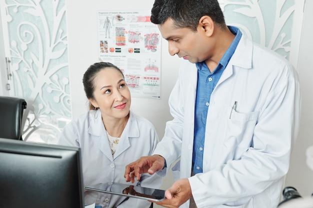 Kilku Lekarzy Pracujących W Zespole Premium Zdjęcia
