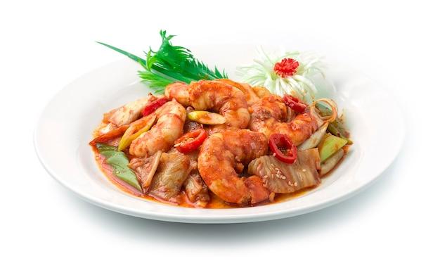 Kimchi Stir Fried With Shrimps Korean Food Style Z Kotletem Z Cebuli Dymnej Por Udekoruj Sezam, Rzeźbiony Kwiat Pora I Szczypiorek. Premium Zdjęcia