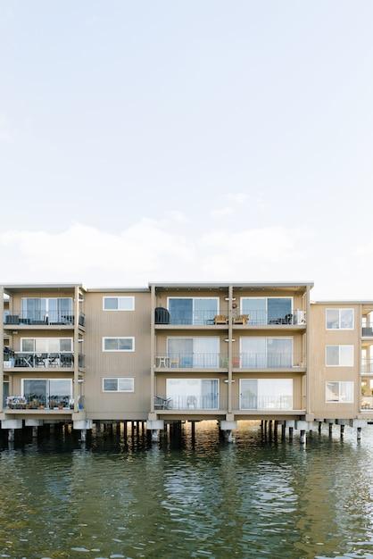 Kirkland, Waszyngton, Usa. Woda Na Jeziorze Washington. łódź Mieszkalna Premium Zdjęcia