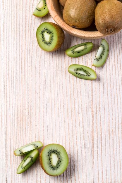 Kiwi Owoc W Pucharze Na Drewnianym Premium Zdjęcia
