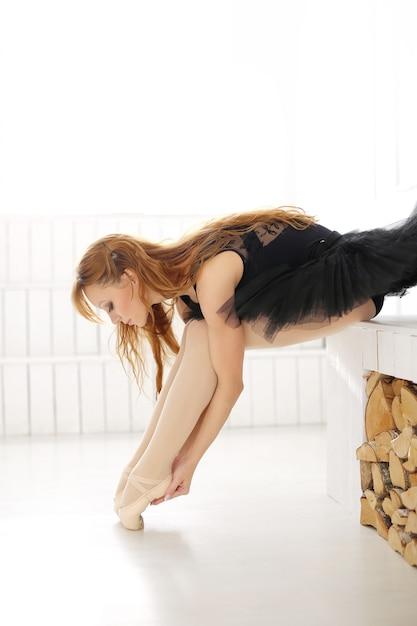 Klasyczna Baleriny Kobieta W Czarnej Sukni ćwiczy Dla Czarnego łabędź Darmowe Zdjęcia