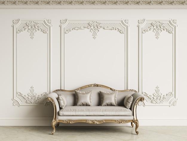 Klasyczna Barokowa Sofa W Klasycznym Wnętrzu. ściany Z Listwami I Zdobiony Gzyms. Podłoga Marmurowa. Renderowania 3d Premium Zdjęcia