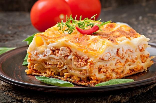 Klasyczna Lasagne Z Sosem Bolońskim Premium Zdjęcia