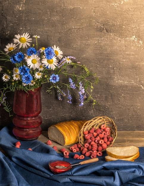 Klasyczna Martwa Natura Z Letnimi Zbiorami Malin, Chleba I Kwiatów Premium Zdjęcia