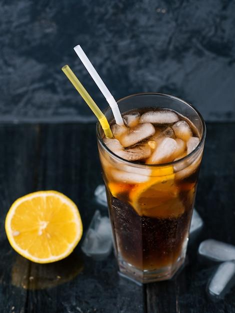 Klasyczna Mrożona Herbata Z Długiej Wyspy, Koktajle Z Mocnymi Napojami. Premium Zdjęcia