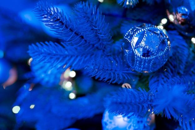 Klasyczna Niebieska Choinka Z Ozdobami Premium Zdjęcia