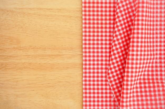 Klasyczna Różowa Tkanina W Kratę Lub Obrus Na Drewnianym Biurku Z Miejscem Na Kopię Premium Zdjęcia