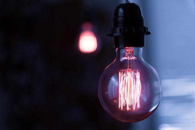 Klasyczna żarówka Edisona W Ciemności Z Miejscem Na Tekst Premium Zdjęcia