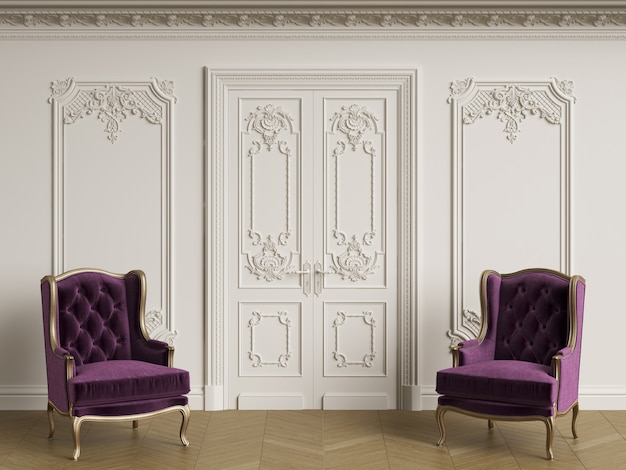 Klasyczne Fotele W Klasycznym Wnętrzu. ściany Z Listwami I Zdobionym Gzymsem Premium Zdjęcia