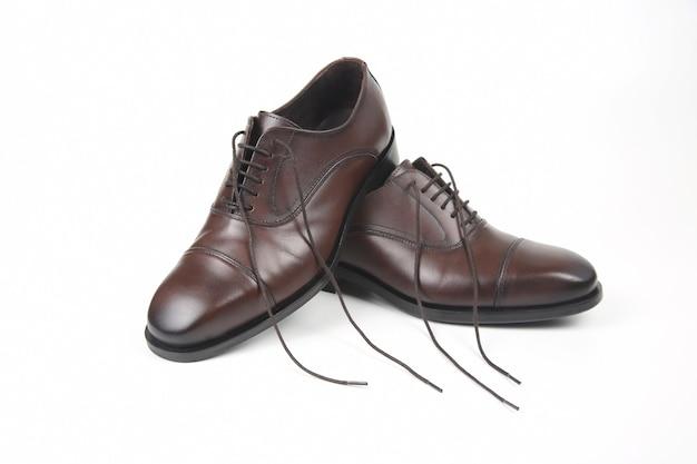 Klasyczne Męskie Brązowe Buty Oxford Na Białej Przestrzeni. Skórzane Buty Premium Zdjęcia