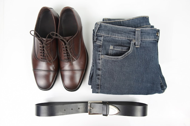 Klasyczne Męskie Brązowe Buty, Pasek I Ubrania Na Białej Przestrzeni Premium Zdjęcia