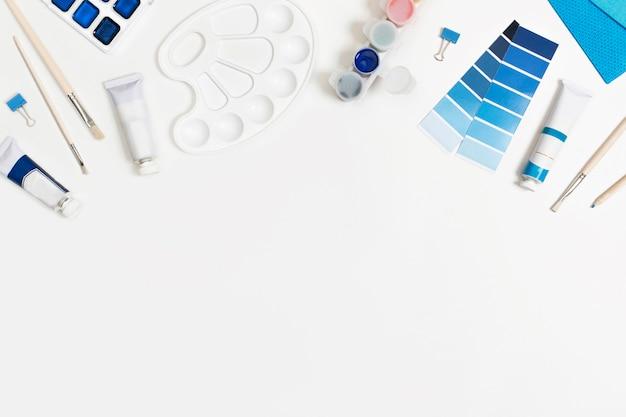 Klasyczne Niebieskie Farby I Pędzle Białe Tło Z Miejscem Na Tekst. Premium Zdjęcia
