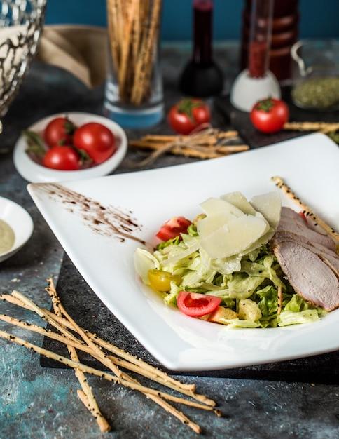 Klasyczny ceasar z filetem z kurczaka i mieszanką warzywną Darmowe Zdjęcia