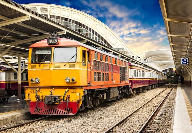 Klasyczny Pociąg Na Stacji Kolejowej Premium Zdjęcia