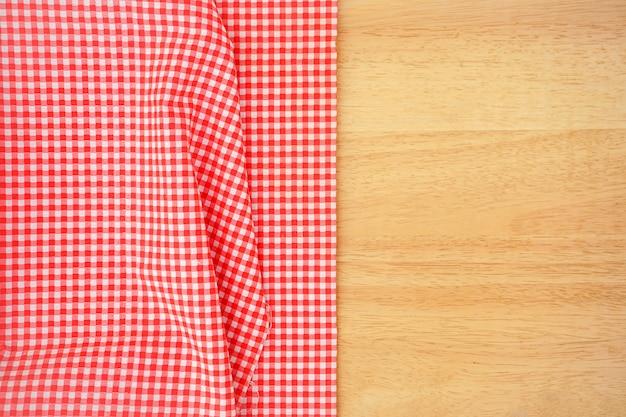 Klasyczny Różowy Kraciasty Materiał Lub Obrus Na Drewnianym Biurku Z Miejsca Kopiowania Premium Zdjęcia