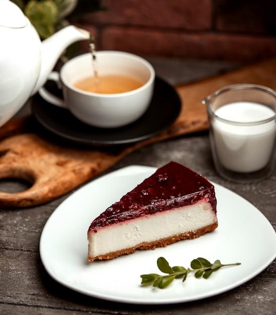 Klasyczny sernik jagodowy i filiżanka gorącej herbaty Darmowe Zdjęcia