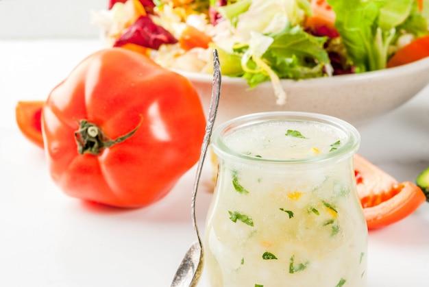Klasyczny Sos Sałatkowy, Domowy Sos Ranchowy Z Ziołami Z Oliwy Z Oliwek I Cytryną, Ze świeżymi Warzywami Premium Zdjęcia