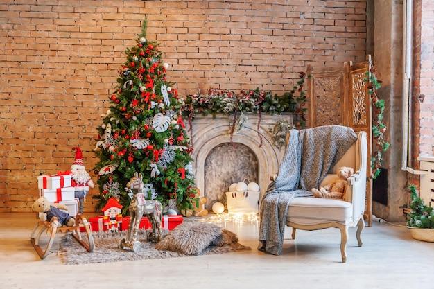 Klasyczny świąteczny nowy rok urządzone wnętrze pokoju nowy rok drzewo i kominek Premium Zdjęcia