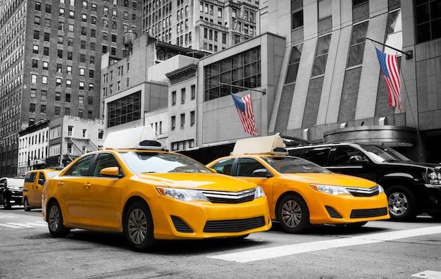Klasyczny uliczny widok żółte taksówki w nowy jork mieście Premium Zdjęcia
