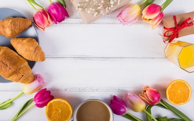 Klasyczny Zestaw śniadaniowy Z Tulipanami Darmowe Zdjęcia