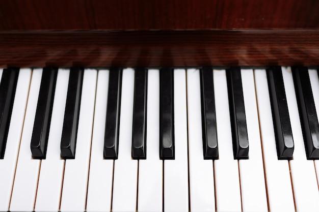 Klawiatura Fortepianowa, Zbliżenie Klawiszy. Czarno-białe Klawisze Fortepianu Premium Zdjęcia