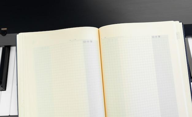 Klawisze Fortepianu I Notatnik Premium Zdjęcia