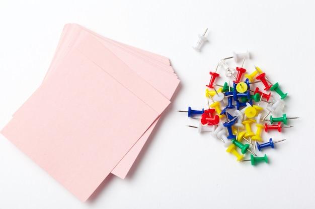 Kleiste notatki i pinezki na białym tle Premium Zdjęcia