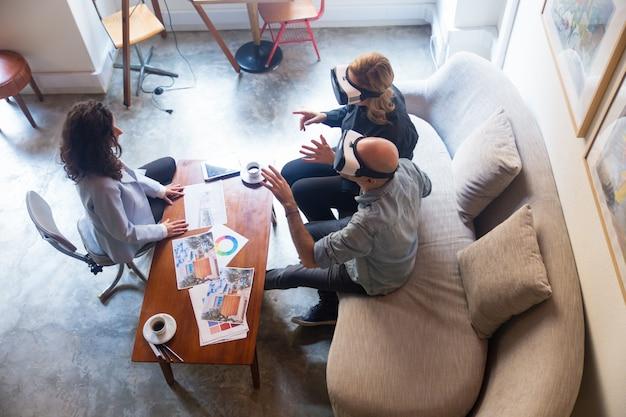 Klienci Projektantów Wnętrz Oglądający Wirtualną Prezentację Wnętrz Darmowe Zdjęcia