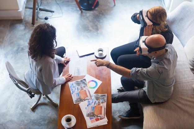 Klienci Projektantów Wnętrz W Okularach Vr Dotykają Powietrza Darmowe Zdjęcia