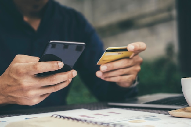 Klient Dokonujący Zakupów Online Płaci Kartą Kredytową Premium Zdjęcia