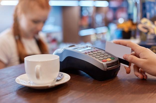 Klient Płacący Kartą Za Filiżankę Kawy Darmowe Zdjęcia
