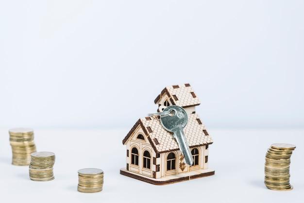 Klucz i waluta w pobliżu domu z zabawkami Darmowe Zdjęcia