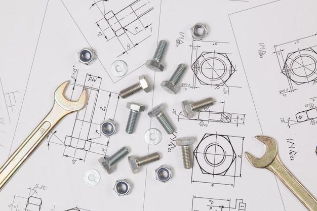 Klucz, śruby i nakrętki na rysunkach technicznych. Premium Zdjęcia